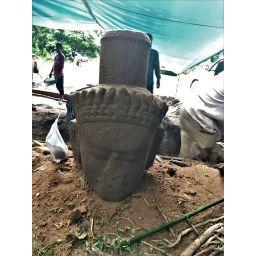 Excavan una antigua estatua junto a los templos de Angkor