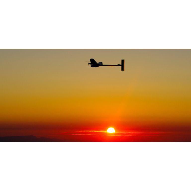 Avión Solar Impulse despega de Suiza para su primer vuelo internacional