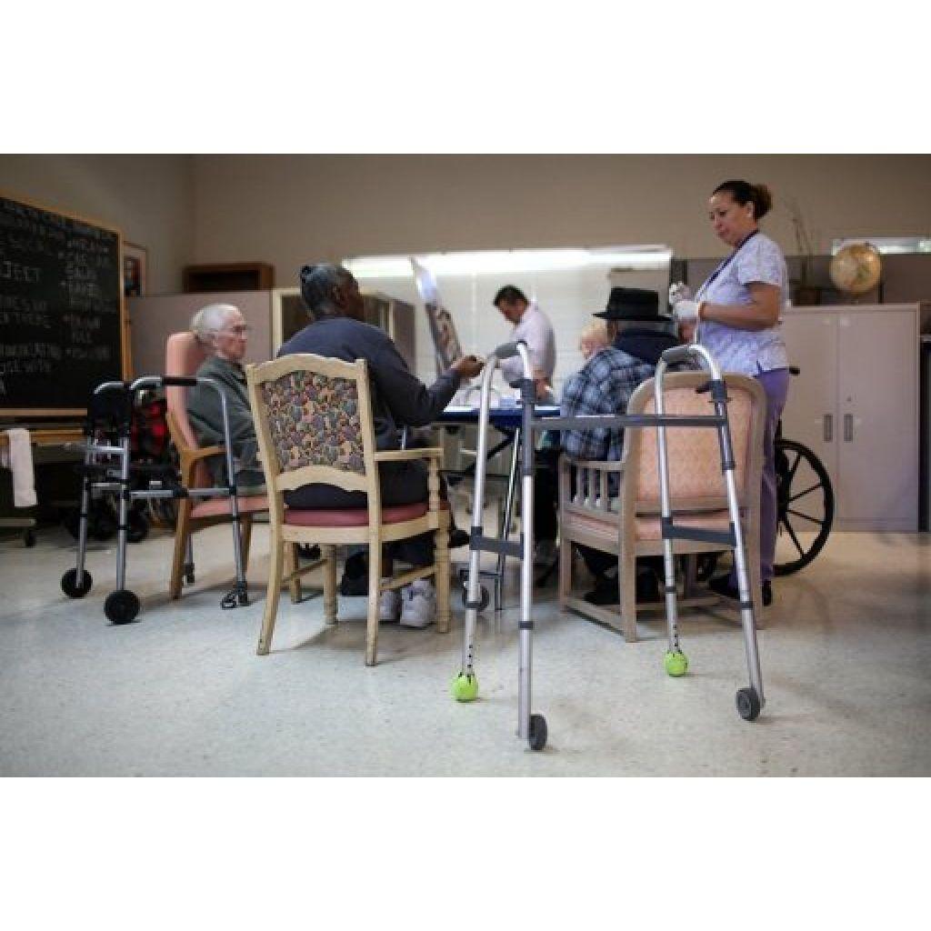 Varios ancianos participan en una actividad de un centro médico de día de la localidad californiana de Novato (oeste de EEUU), en una fotografía tomada el pasado 10 de febrero.