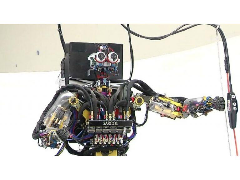 SARCOS: un robot que imita movimiento humano y logra mantenerse en equilibrio.