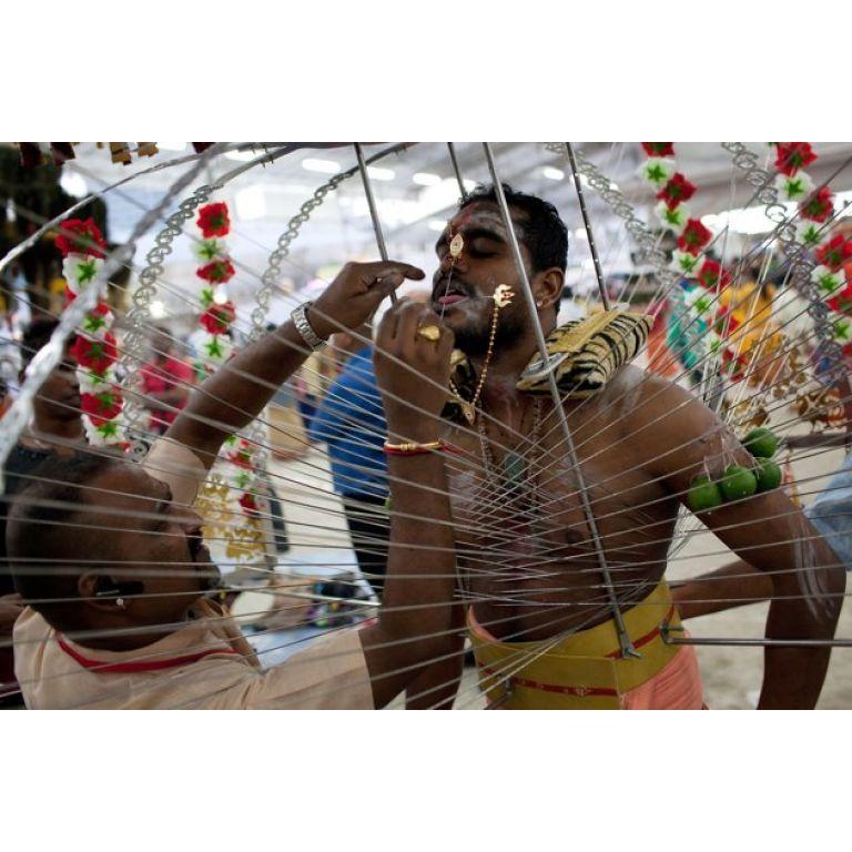 El Thaipusam. El devotismo hindú más extremo.